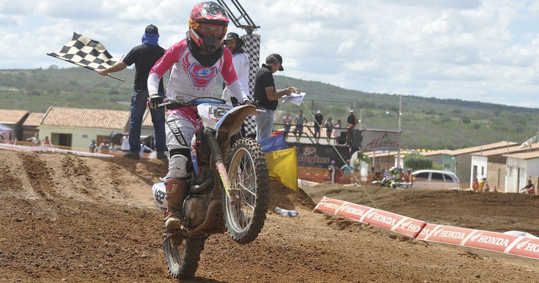 Laninha Lopes sobe ao lugar mais alto do pódio no Pernambucano de Motocross